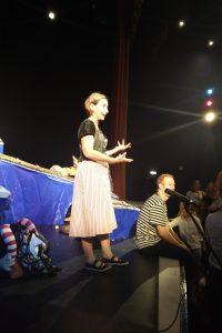 Francesca Bizzarri dialoga con i numerosi bambini italiani al termine dello spettacolo