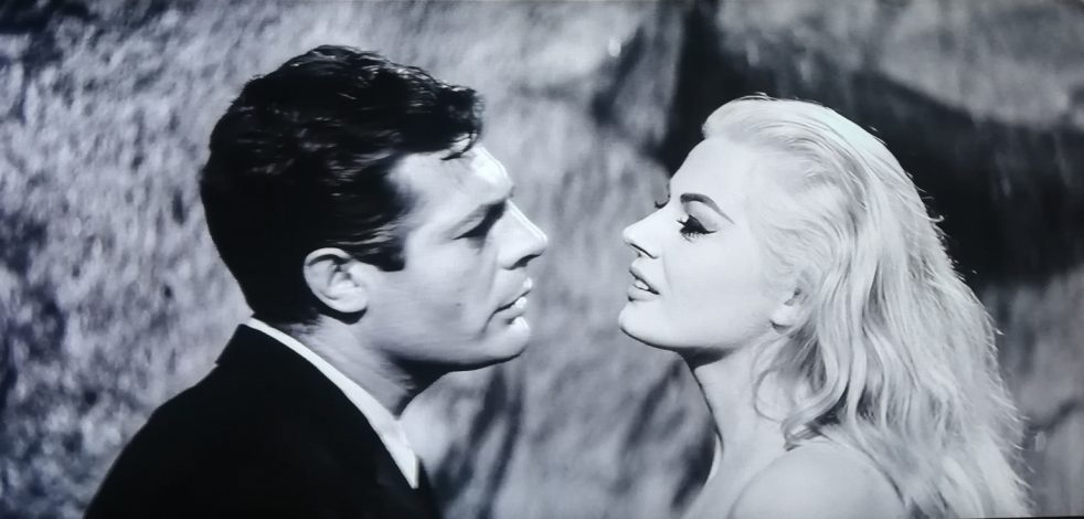 """Marcello Mastroianni e Anita Ekberg sulla scena de """"La dolce vita"""""""