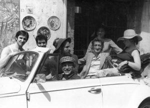 Edoardo Sanguineti, la moglie, con Filiberto Menna e Tommaso Binga, Vietri sul Mare 1970, Ph. Archivio Fondazione Filiberto e Bianca Menna